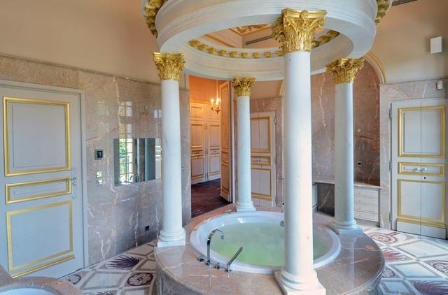 Khu vực phòng tắm với thiết kế vô cùng sang trọng và độc đáo.