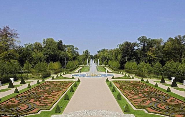 Với những hàng hoa xinh đẹp dài bất tận, đài phun nước xa hoa được dát vàng lấp lánh cùng những bức tượng làm bằng đá cẩm thạch, lối đi cho ngựa, và một mê cung đầy bí ẩn, khuôn viên tòa lâu đài có thể so sánh ngang hàng với khu vườn của Nhà vua Pháp Louis XIV thời xưa.