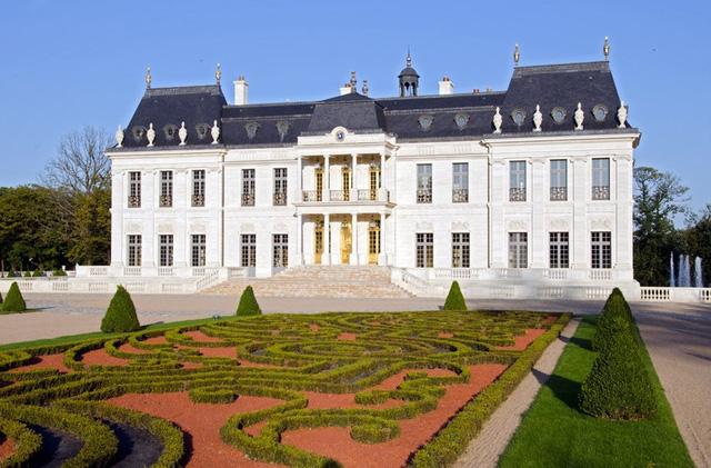 Mỗi góc của tòa lâu đài đều hòa vào không gian xanh đặc trưng cho sự sang trọng của thế kỷ 17. Từ những luống hoa đến những cây tùng đều được tỉa rất cẩn thận.