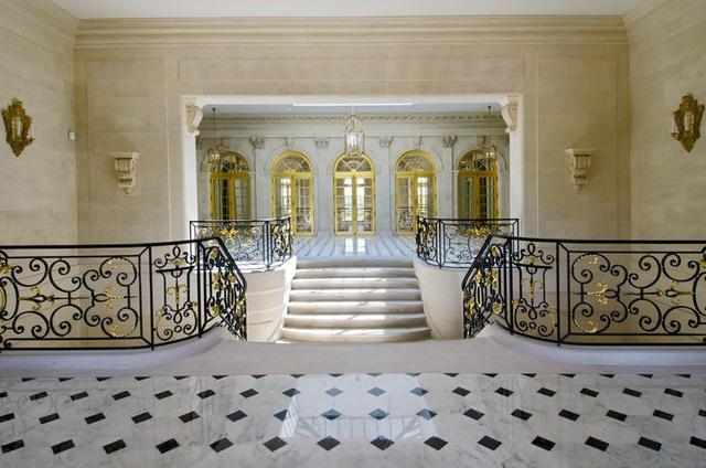 Ngoài ra, sự sang trọng của tòa lâu đài có sàn đá cẩm thạch, các đường nét trang trí bằng vàng rất tinh xảo.
