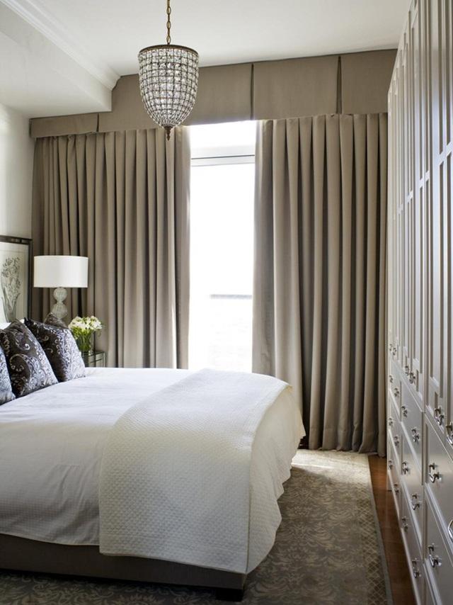 Với Phòng ngủ nhỏ nên chọn những bộ rèm cửa sáng màu, đơn giản.