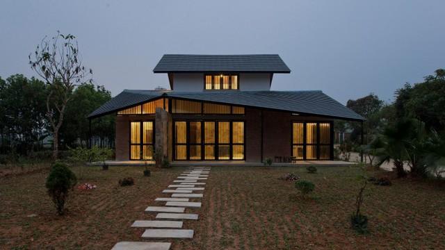 Căn nhà có kiến trúc khá lạ với mái cong độc đáo