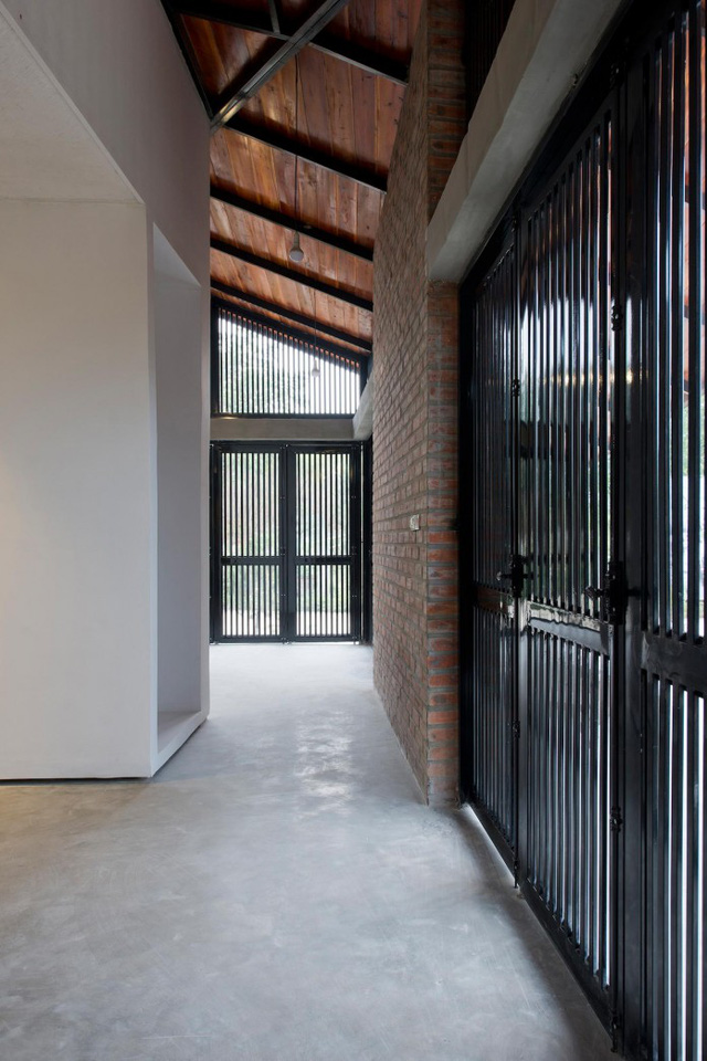 Ngôi nhà được thiết kế với rất nhiều cửa thoáng đãng.