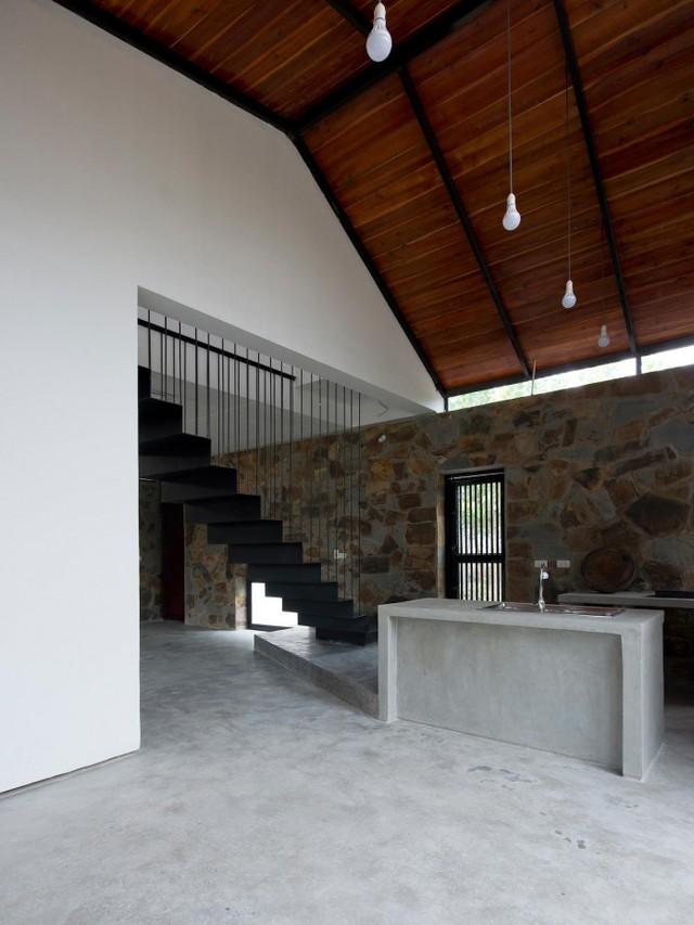 Một không gian bếp khá rộng và thoáng nằm ngay cạnh chân cầu thang.