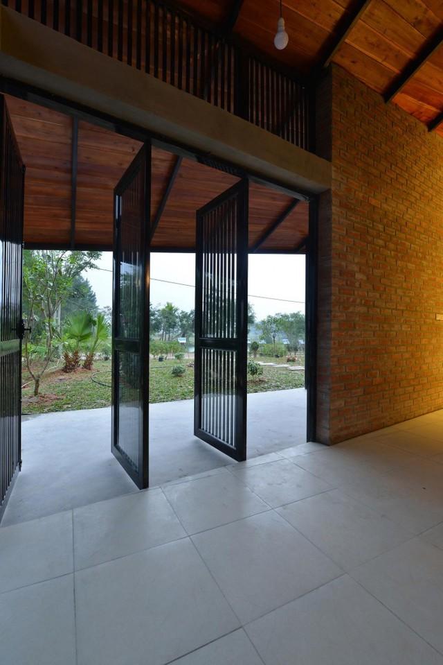 Ngôi nhà được thiết kế khá gần gũi với thiên nhiên và nhận được nhiều ánh sáng và gió mát từ bên ngoài.