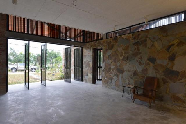 Phòng khách rộng rãi với rất nhiều cửa.