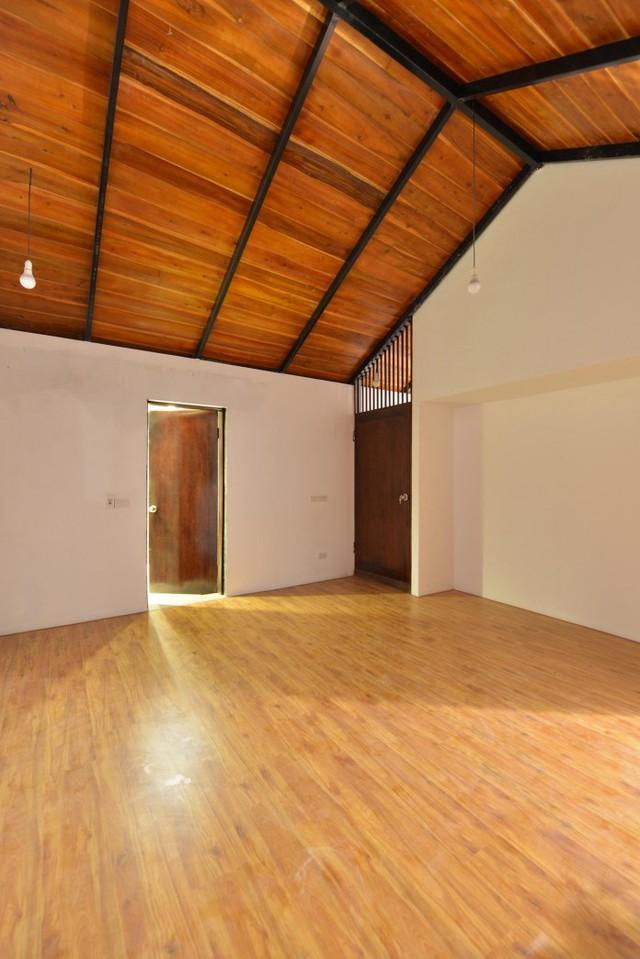 Phòng ngủ trên tầng rộng rãi được lát bằng gỗ.