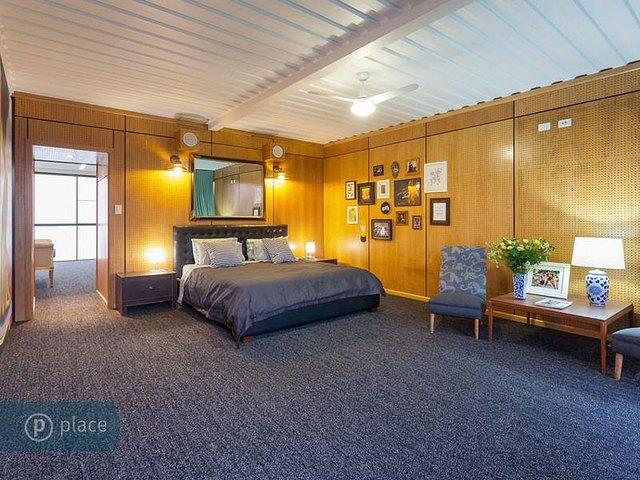 Phòng ngủ vô cùng rộng rãi với chiếc giường lớn. Toàn bộ sàn nhà được lót thảm.