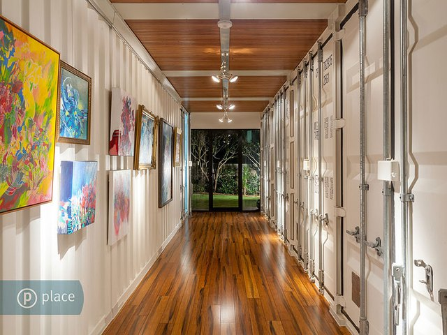 Dọc lối hành lang dẫn ra vườn là các tác phẩm nghệ thuật được sưu tầm độc đáo.