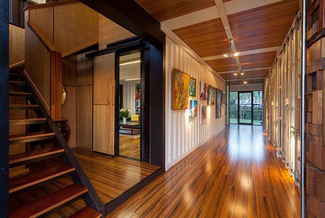 Hành lang được lát sàn gỗ và được thắp đèn sáng lung linh.