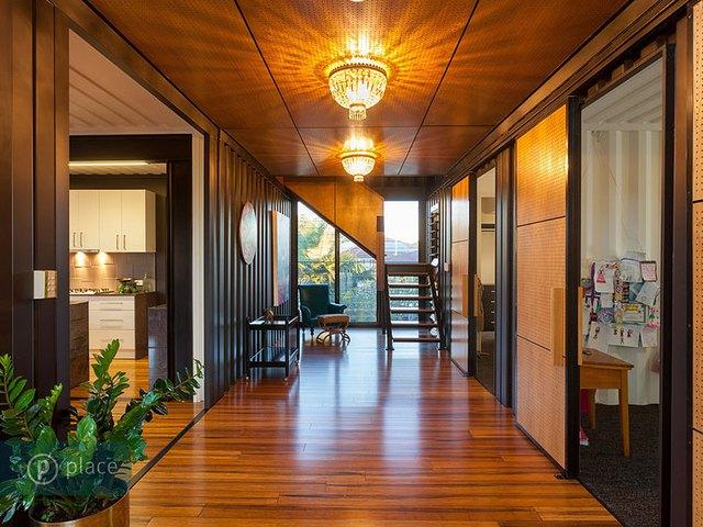 Ngôi nhà lúc nào cũng tràn ngập ánh sáng bởi hệ thống đèn dọc các hành lang.