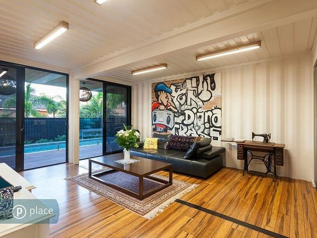 Phòng khách được thiết kế khá rộng rãi với bộ ghế sofa cùng chiếc máy khâu tạo điểm nhấn đặc biệt.