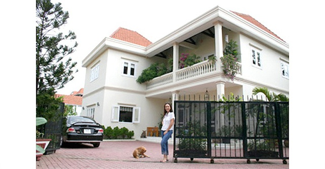 Ngôi biệt thự 2 tầng rộng hơn 1.000 mét vuông, gam màu trắng và mái ngói đỏ tươi tạo sự hài hòa, đẹp mắt. Thảm cỏ xanh non mát mắt bên hông nhà tạo cảm giác bình yên, trong lành, sảng khoái.