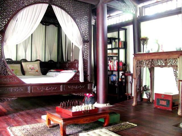 Phòng ngủ với chiếc giường công chúa của chủ nhân.