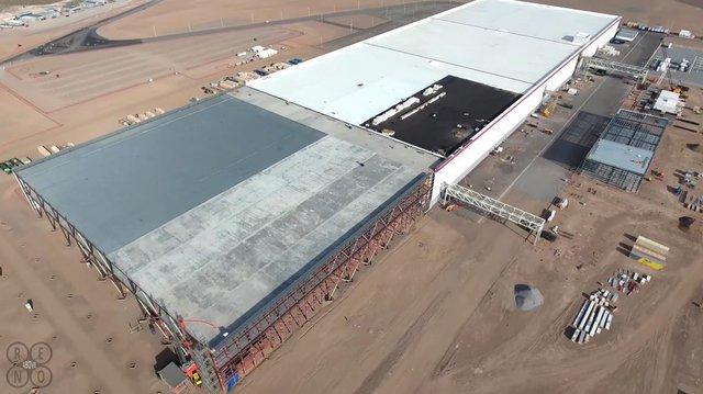 Tuy nhiên, phần lớn các hạng mục của nhà máy vẫn đang trong quá trình xây dựng. Có vẻ như Tesla cũng đang chuẩn bị chỗ để mở rộng lớn hơn.