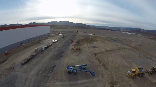 Hè năm ngoái, Tesla đã tốn 13 triệu USD cho thép, bê tông dành cho tầng lửng của nhà máy.