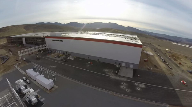 Phần nội thất của Siêu nhà máy sẽ được bắt đầu xây dựng sau khi hoàn thành phần ngoại thất. Chi phí cho nội thất dự kiến là khoảng 10 triệu USD.