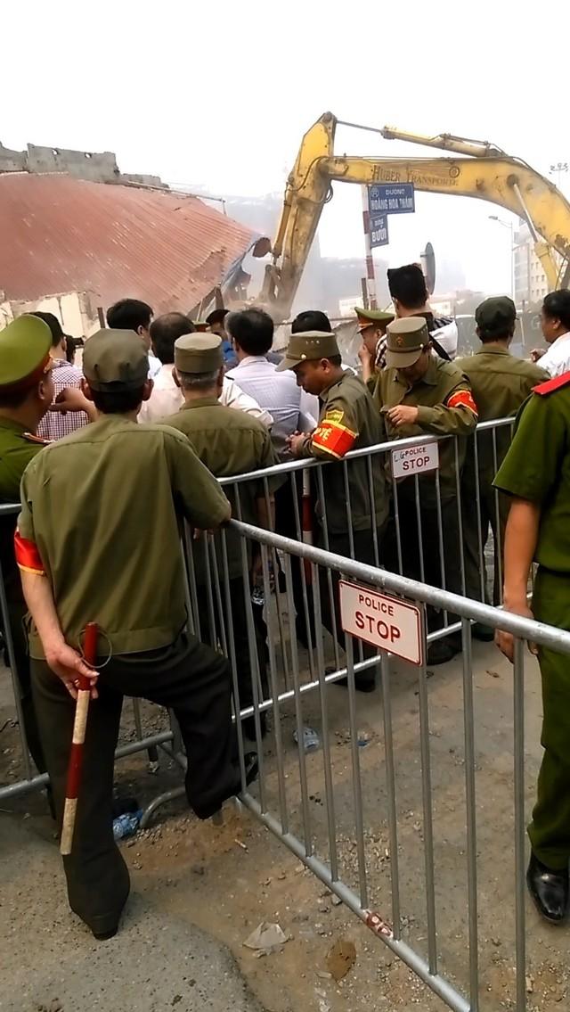 Lực lượng an ninh tại khu vực phá dỡ công trình