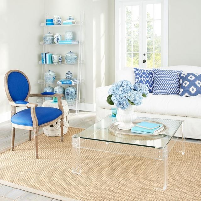 Nếu phòng khách nhà bạn hơi chật thì một chiếc kệ tiện lợi cùng chiếc bàn cà phê trong suốt, xinh xắn và gọn gàng là gợi ý không tồi.