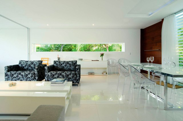 Bộ bàn ghế trong suốt cực kỳ thu hút ánh nhìn mà không hề tạo cảm giác chật chội cho không gian phòng khách.