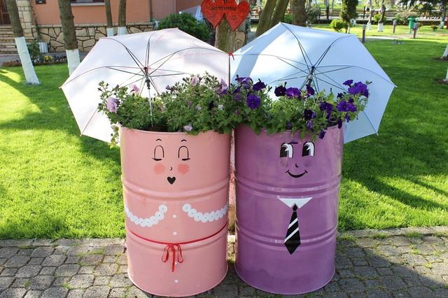 Những chiếc thùng nước không còn dùng nữa, bạn hãy sơn lại, trang trí thêm những họa tiết ngộ nghĩnh và trồng hoa.