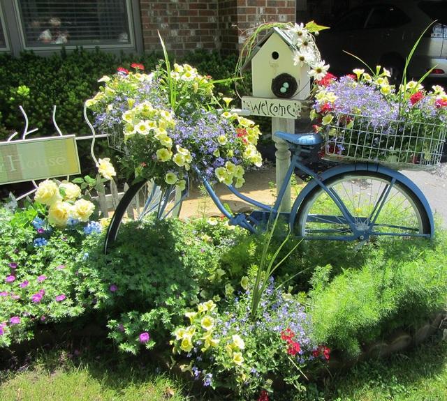Những chiếc xe đạp cũ của bạn cũng có thể trở thành phụ trợ cho những kiệt tác nhà vườn của bạn theo cách làm này.