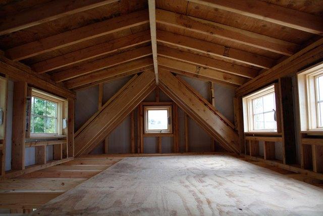 Gác xép thông thường đều bị xà ngang trên trần nhà đè ép do mái gác xép đều bị nghiêng dốc.