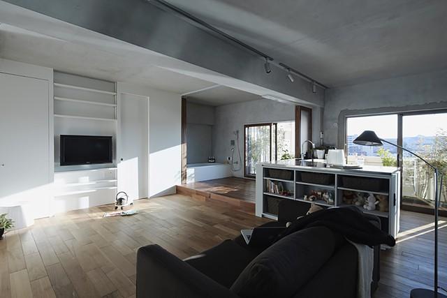 Thay cho 2 phòng ngủ, kiến trúc sư phá bỏ tường tạo thành một phòng chung. Ban ngày là phòng khách, bàn ăn và chỗ chơi của trẻ. Buổi tối là nơi ngủ của gia đình.