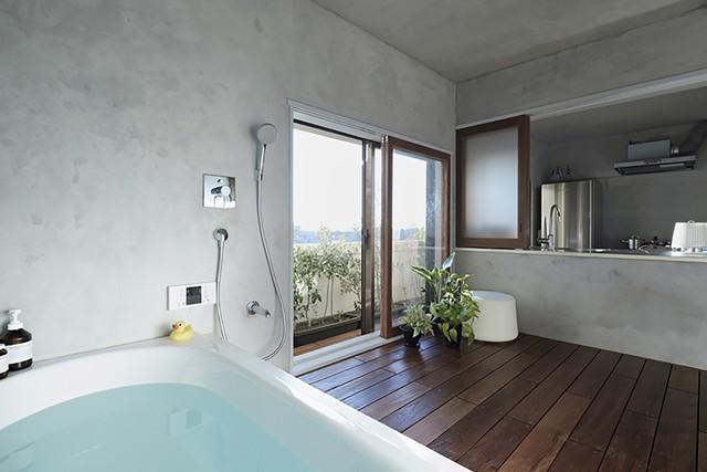 Phòng tắm được thiết kế với vô cùng thông min với những cảnh cửa trượt kín đáo.