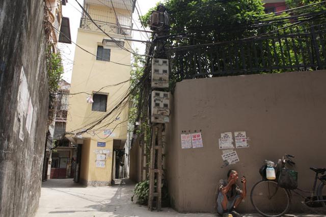 Còn đây là Ngôi nhà 4 tầng nằm trong nghách 102/33 đường Trường Chinh có hình dáng khá giống... chùa Một Cột. Chiều rộng ngôi nhà khoảng 1m và chiều dài 5m, các tầng trên được xây đua ra mặt đường mỗi bên khoảng gần 1m.
