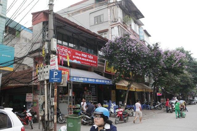 Ngôi nhà 2 tầng siêu mỏng trên phố Giang Văn Minh có mặt tiền rộng khoảng 5m nhưng chiều sâu lại chưa đến 1m. Tầng 1, gia chủ kinh doanh đủ các mặt hàng.