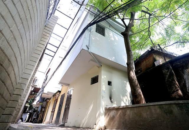Với diện tích mặt sàn chưa đầy 5m2, nhưng ngôi nhà được xây 3 tầng, 1 tum trong 1 ngõ phố Vạn Bảo (Ba Đình).