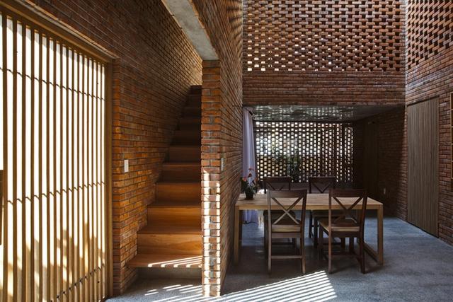 Ngôi nhà bao gồm hai khối hộp lồng vào nhau, với trung tâm là bếp, bàn ăn và góc thư giãn chung cho cả gia đình.