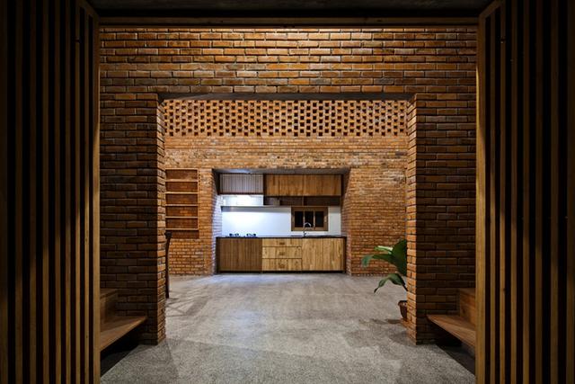 Cầu thang dẫn lên tầng lửng dành cho phòng thờ, thư viện và phòng ngủ thứ hai. Dây leo được trồng phủ kín mái nhà.