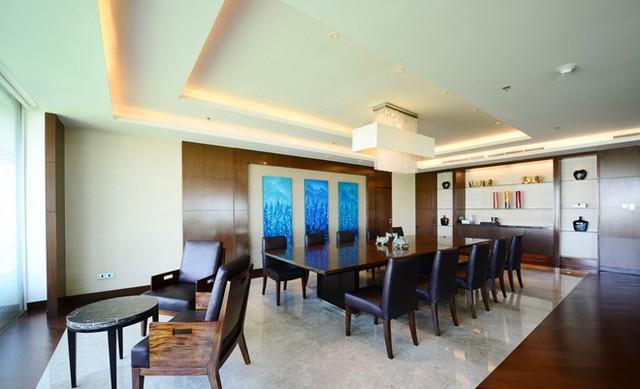 Một góc phòng khách được bài trí bàn làm việc cho 10 người, có thể dùng làm bàn họp. Một salon sang trọng và mềm mại để khách đọc sách báo.
