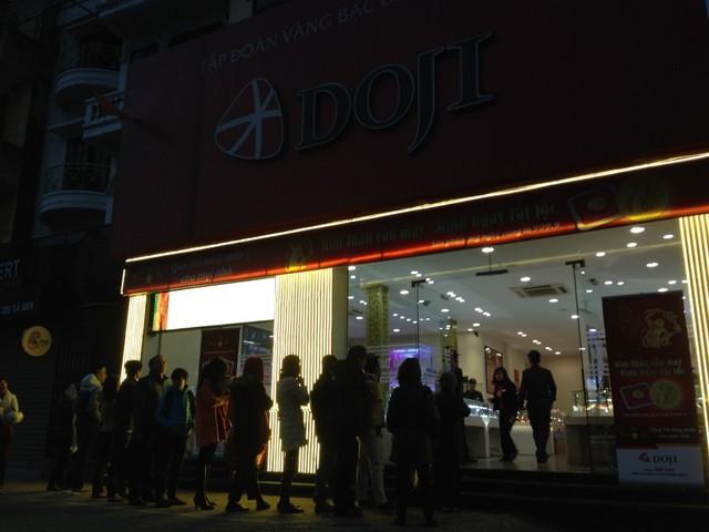 Khi trời vẫn còn nhá nhém tối, cửa hàng vừa mở cửa đã có rất nhiều người dân xếp hàng chờ sẵn tại đường Xã Đàn.