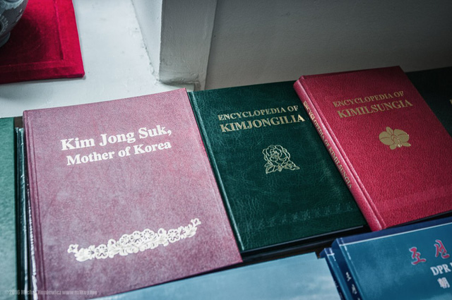 Trong hàng lưu niệm, người ta bán sách về gia đinh lãnh đạo Triều Tiên