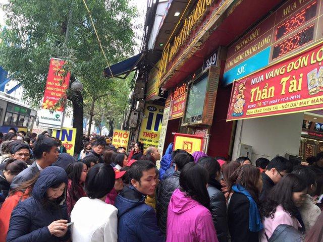 Đến hẹn lại lên, vào ngày Thần tài hàng trăm người xếp hàng dài trên phố chờ mua vàng lấy may