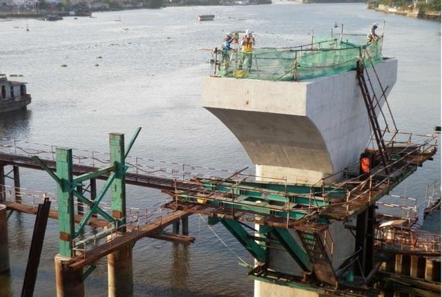 Đoạn vượt sông Sài Gòn đang được thi công khẩn trương với chiều rộng 11 m, 2 trụ chính đã thành hình.