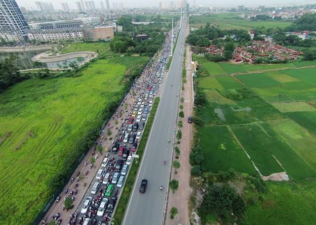 Cảnh tượng nạn kẹt xe Đường Tố Hữu (người dân quen gọi tên cũ là Lê Văn Lương kéo dài) thường xuyên xảy ra ùn tắc trong khoảng thời gian từ 7h đến 9h sáng.