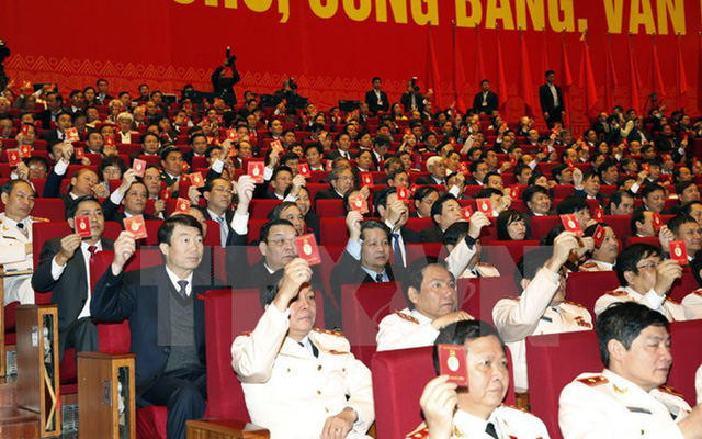 Các đại biểu biểu quyết thông qua Nghị quyết Đại hội XII Đảng Cộng sản Việt Nam. (Ảnh: TTXVN)