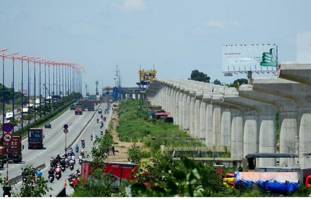 Hàng trụ cột chạy dài dọc Xa lộ Hà Nội đã hoàn thành 100% tiến độ, đang bước vào giai đoạn đút dầm.