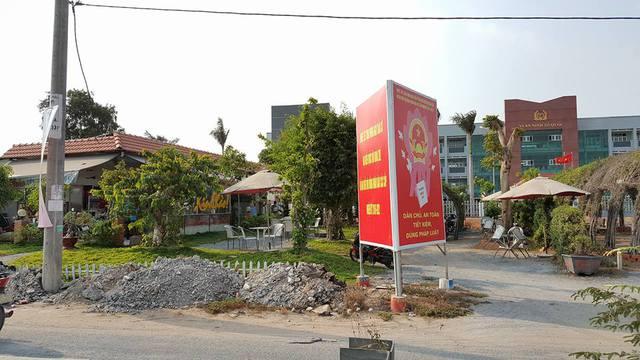 Lối vào quán của anh Tấn. Kế bên là lối vào của UBND huyện Bình Chánh.