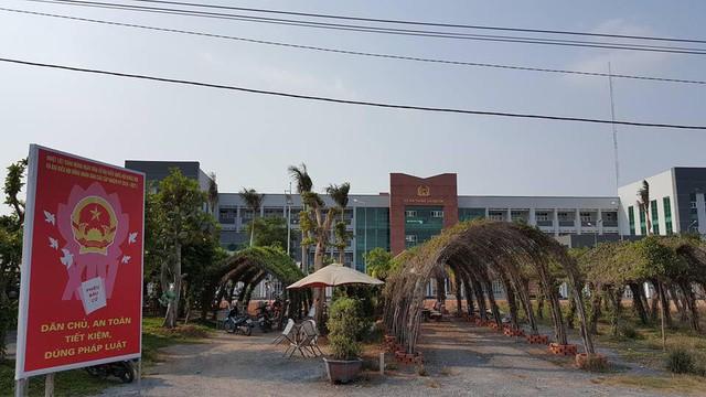 Dãy cây và bàn cafe trước mặt tiền trụ sở Công an huyện Bình Chánh của ông Tấn.
