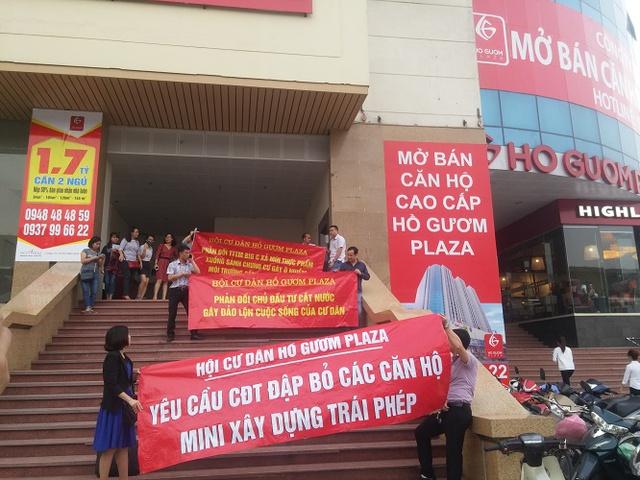Cư dân đổ xuống tòa nhà căng băng rôn phản đối hành động của chủ đầu tư