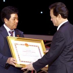 Ông Trương Văn Tuyến (bên trái) sẽ là tân TGĐ của Vinashin (trong ảnh: Thủ tướng Nguyễn Tấn Dũng trao tặng danh hiệu Anh hùng Lao động cho ông Trương Văn Tuyến khi còn là Trưởng ban Quản lý dự án Nhà máy Lọc dầu Dung Quất