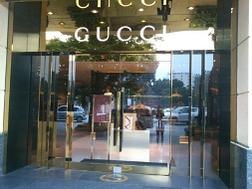 Cửa hàng đồ hiệu Milano tại Hà Nội cửa đóng then cài vì cơ quan chức năng kiểm tra (trưa 7-12) .