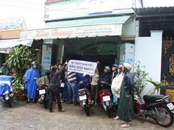 Các khách hàng đang bao vây nhà của bà Trần Ngọc Điều tại huyện Bình Chánh -TPHCM.