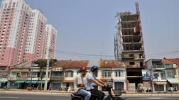 Những ngôi nhà cao thấp đan xen trên đại lộ Võ Văn Kiệt đoạn Q.1, TP.HCM.