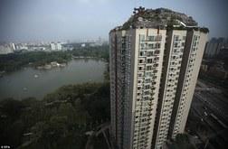 Kỳ quái biệt thự đá mọc trên nóc chung cư 26 tầng